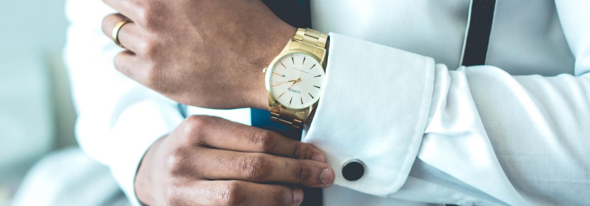Uhr an Handgelenk